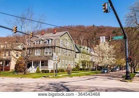 Warren, Pennsylvania, Usa 5/3/20 An Old House With Row Houses Next To It At The Corner Of 4th And Hi