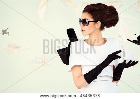 Nahaufnahme-Kunst-Mode-Foto einer wunderschönen Frau in Papier kleiden. Schwarz und weiß.