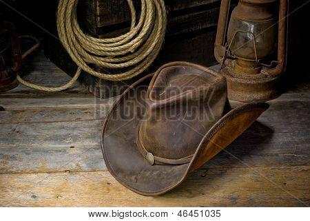 un sombrero de vaquero en el piso