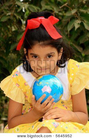Mädchen mit einem Globus
