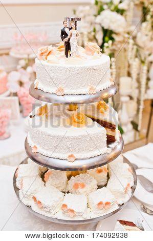beautiful big wedding cakes on the table