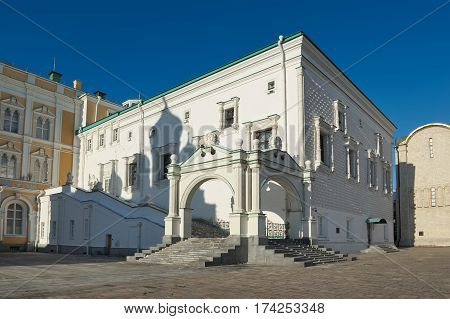 Faceted Chamber of the Moscow Kremlin received its name due to facing facades quadrangular white limestone was built in 1487-1491 years