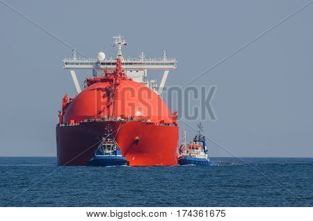 RED GAS CARRIER - LNG tanker at sea with the assistance of tugs