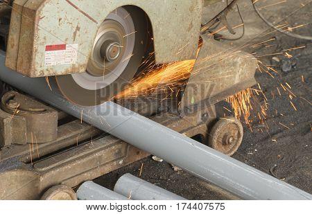 Working cutting steel by cutting fiber in steel factory.