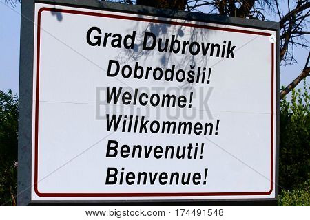 Signalization in Dubrovnik saying in Welcome in English, Bienvenue (Français/French), Dobrodošli (Croatian), Willkommen (German) and Benvenuti (Italien)