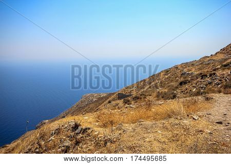 The dirt road to go to the ancient Thera.