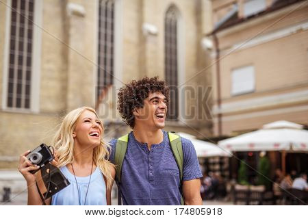Young couple sightseeing on vacation in the city.