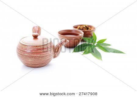 tetera y taza de té caliente sobre fondo blanco - la hora del té