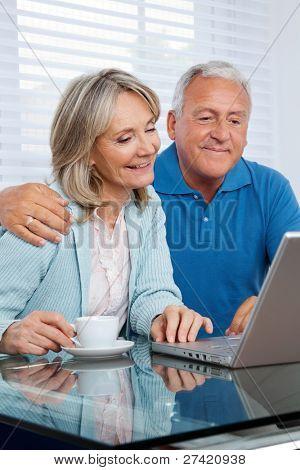 glückliches Paar zusammen Surfen im Internet auf laptop