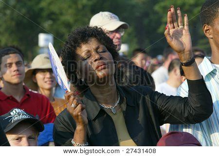 NUEVA YORK - 25 de junio: Personas recen mientras asisten a la mayor Nueva York Billy Graham cruzada el 25 de junio,