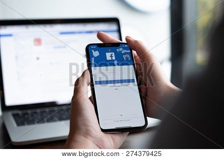 Chiang Mai ,thailand - Aug 18, 2018 : Woman Hand Holding Iphone X To Use Facebook With New Login Scr