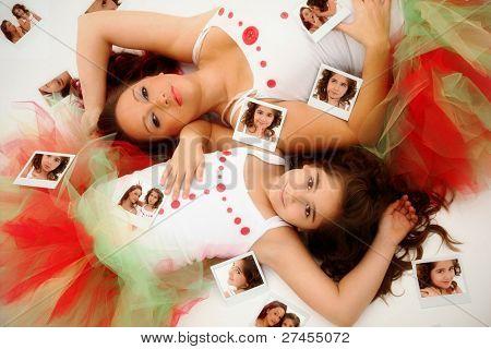 부드러운 가족 어머니 딸 순간 바보 같은 얼굴을 만드는 즉석 카메라와 함께 연주 후 쉬고.