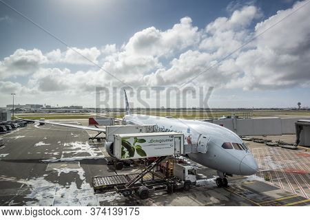 Sydney, Australia - Oct 16, 2018: American Airlines Plane Docked At Jetway Of Kingsford-smith Intern