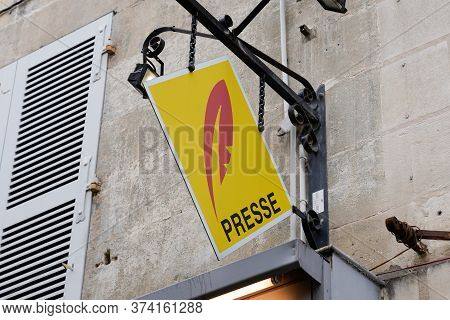 Bordeaux , Aquitaine / France - 06 20 2020 : Presse French Shop Yellow Sign And Red Logo On Press St