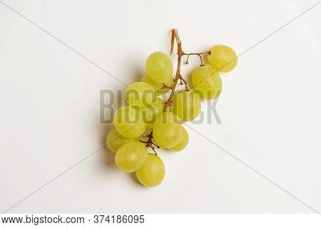 Malen'kaya Kistochka Vinograda S Krupnymi Yagodami Na Belom Izalirovannom Fone. Vinnyy, Sochnyy Vino