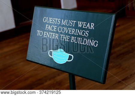 Williamsburg, Virginia, U.s.a - June 30, 2020 - The Door Sign Asking Visitors To Wear Mask Before En