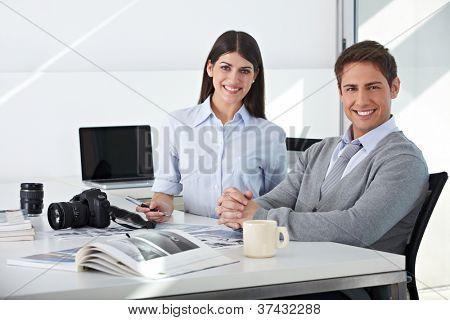 Equipo en sentado en su oficina del Departamento de edición de imágenes