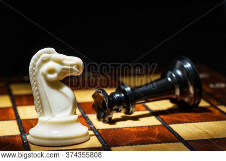 Chess Game. The White Horse Has Defeated The Chess King, Checkmated, And The Chess Game Is Over. On