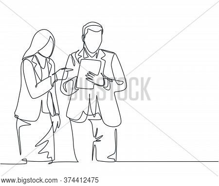 One Single Line Drawing Of Young Male And Female Employee Discussing Work While Watching Annual Repo