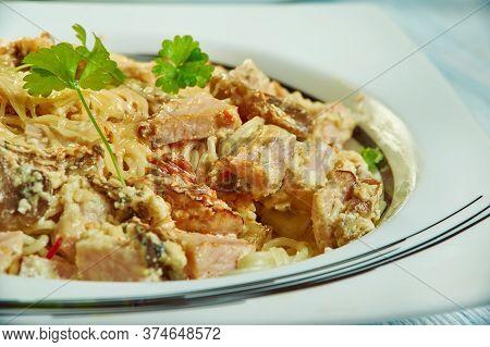 Spaghetti Con Pesto Alla Trapanese,sicilian Pasta Sauce  With Fresh Basil, Raw Tomatoes, Almonds, Pe