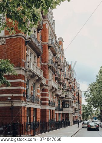 London, Uk - June 20, 2020: Exterior Of The Campden Hill Court Apartment Block In Kensington, An Aff