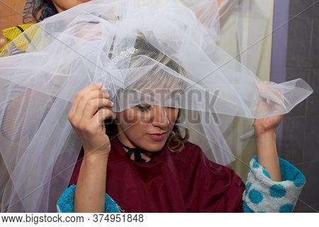 Dressing The Bride With A Veil, The Bride Wore A White Veil Over Her Hair In The Morning
