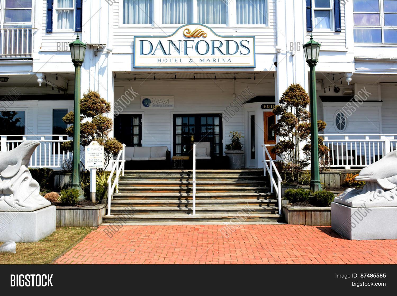 Port Jefferson Ny April 6 2017 Danfords Hotel And Marina Main Entrance