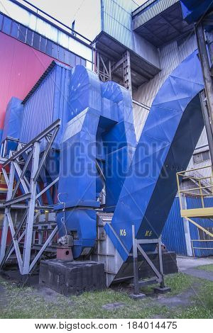 Gravity dust collector and exhaust fan behind coal boiler grate