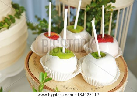 Glazed apples in candy bar with forest style decorations