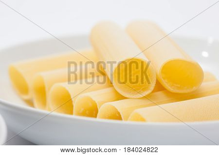 Spinach and cheese cannelloni preparation : Raw cannelloni in a white dish