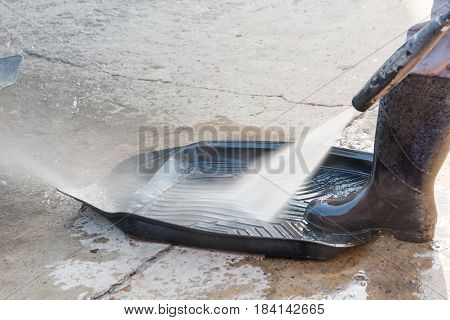To Wash Automobile Rubber Carpets With The High-pressure Apparatus.