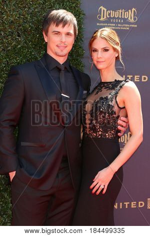 LOS ANGELES - APR 30:  Darin Brooks, Kelly Kruger at the 44th Daytime Emmy Awards - Arrivals at the Pasadena Civic Auditorium on April 30, 2017 in Pasadena, CA