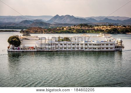 Lake Pichola and Taj Lake Palace , Udaipur, Rajasthan, India, Asia.