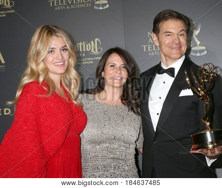 LOS ANGELES - APR 30:  Daphne Oz, Guest, Dr. Mehmet Oz,  in the 44th Daytime Emmy Awards Press Room at the Pasadena Civic Auditorium on April 30, 2017 in Pasadena, CA