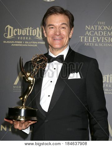 LOS ANGELES - APR 30:  Dr. Mehmet Oz, Outstanding Talk Show - Informative in the 44th Daytime Emmy Awards Press Room at the Pasadena Civic Auditorium on April 30, 2017 in Pasadena, CA