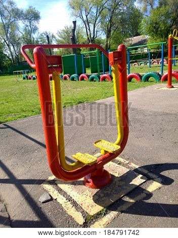 School metal training apparatus for leg muscles located in the open air