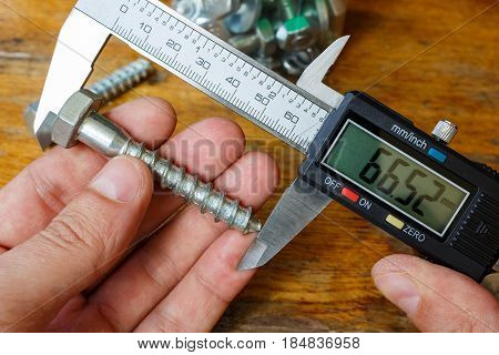 Measuring the length of a bolt with a digital caliper