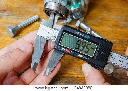 Measurement the inner diameter of a ball bearing by digital caliper