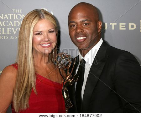 LOS ANGELES - APR 30:  Nancy O'Dell, Kevin Frazier in the 44th Daytime Emmy Awards Press Room at the Pasadena Civic Auditorium on April 30, 2017 in Pasadena, CA