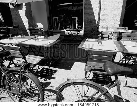Outdoor tables and chairs. A bar delimited by bicycles.