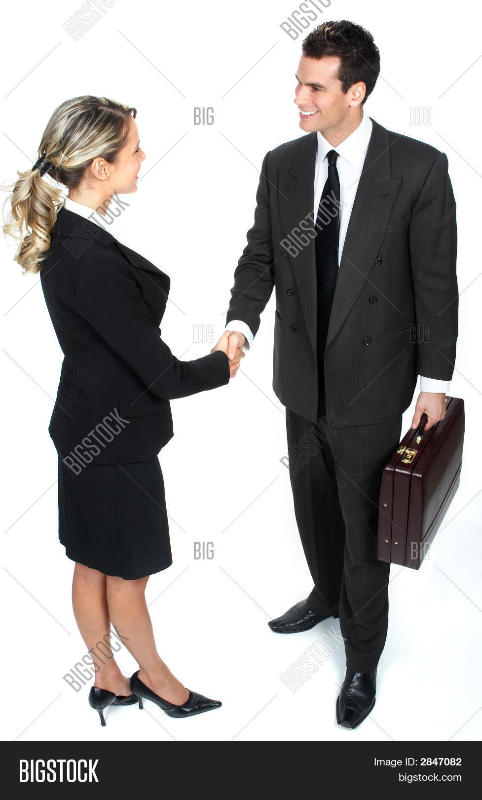 Здоровается знакомстве при первым мужчина