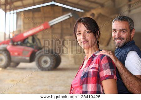 Landbouw paar in de schuur met een trekker