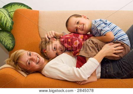 Glückliche Frau und Kinder Spaß drinnen