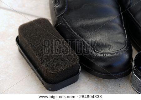 Painted Black Leather Shoes, Shoe Polishing Sponge, Shoes Polish,a Man Is Painting Shoes, Black Shoe