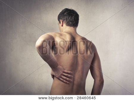 Rückansicht eines jungen Mannes Rückenschmerzen leiden