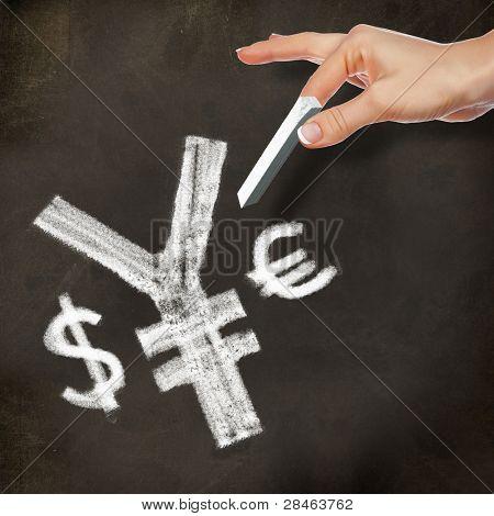 School schoolbord en hand met krijt valutasymbolen schrijven op het
