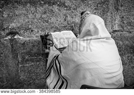 JERUSALEM, ISRAEL - JULY 16, 2015: Prayer at Western Wall on Tisha B'Av - annual fast day in Judaism, commemorates disasters in Jewish history and destruction of the First and Second Temples.