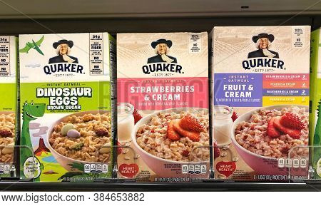 Alameda, Ca - Sept 9, 2020: Grocery Store Shelf With Boxes Of Quaker Brand Instant Oatmeals. Dinosau