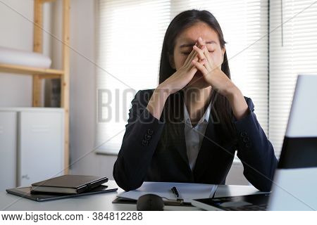 Women Work Too Hard, Use Their Hands To Touch Their Eyes, Have Blurred Vision, Dizziness After A Lon