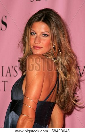 LOS ANGELES - NOVEMBER 16: Gisele Bundchen  arriving at The Victoria's Secret Fashion Show at Kodak Theatre on November 16, 2006 in Hollywood, CA.